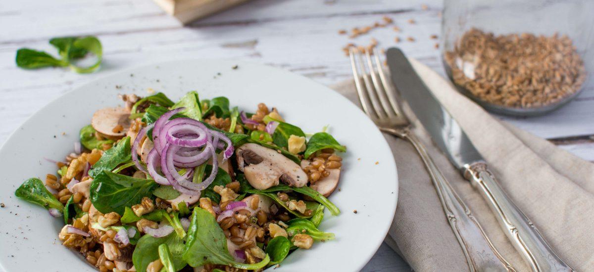 Dinkel-Salat mit Pilzen und Zwiebeln