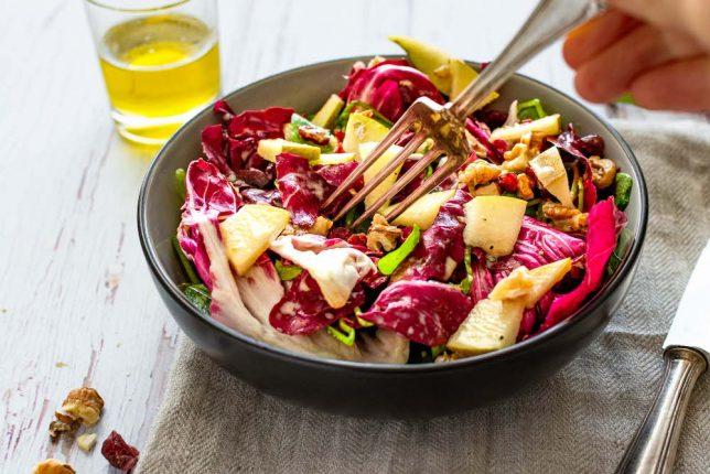 Postelein-Radicchio-Salat mit Birne und Walnüssen gesund (Portulak)
