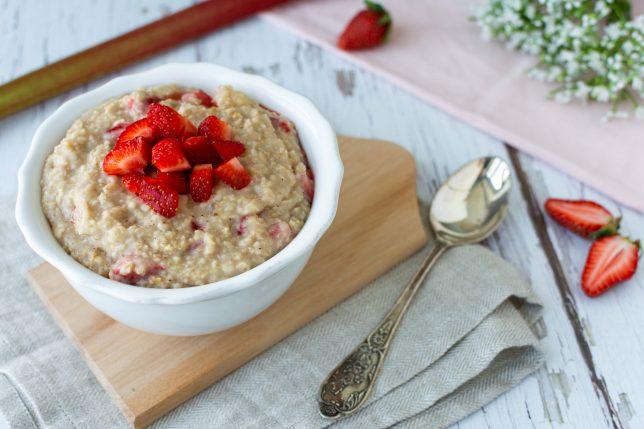 Erdbeer Rhabarber Porridge gesund