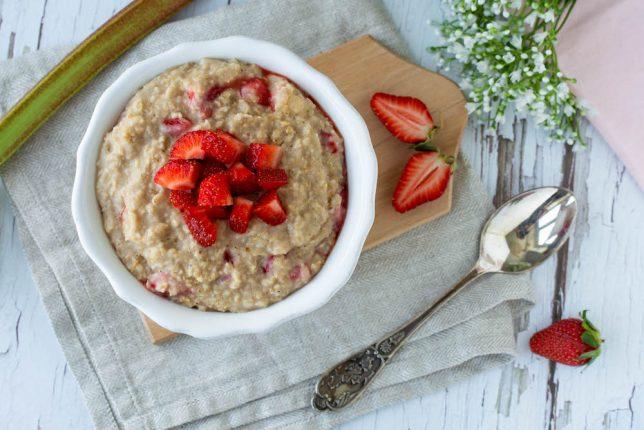 Erdbeer-Rhabarber-Porridge gesundes Frühstück