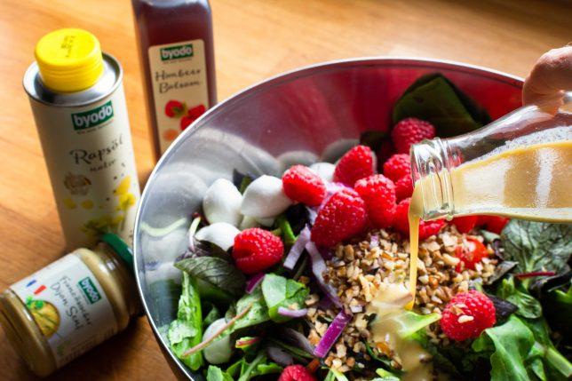 Sommerlicher Salat mit Himbeeren Dressing Byodo