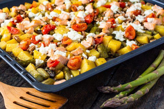 Ofenkartoffeln mit Lachs und grünem Spargel gesund