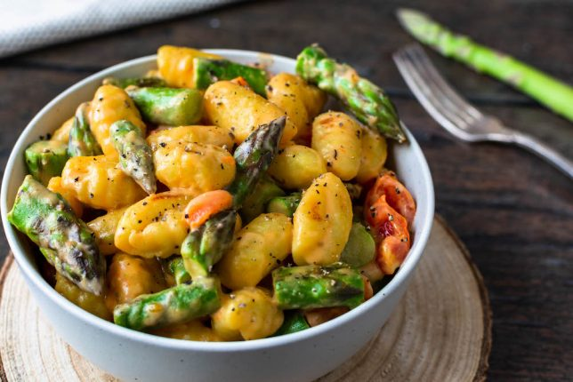 Gnocchi-Pfanne mit grünem Spargel und Tomaten Rezept schnell gesund vegan