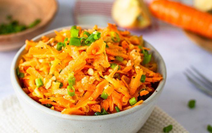 Karotten-Apfel-Salat mit Walnüssen schnell gesund